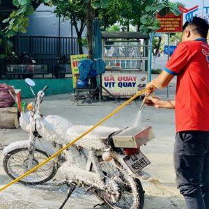 Kỹ thuật viên TEARU demo rửa xe không chạm