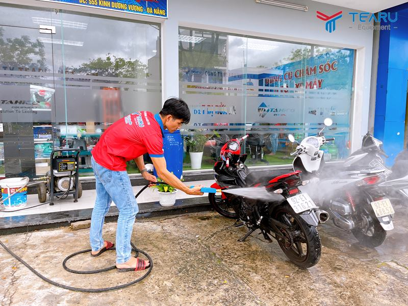 Xịt rửa xe bằng máy rửa xe cao áp