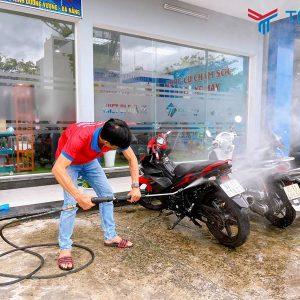 Sử dụng súng để rửa xe cực thuận tiện