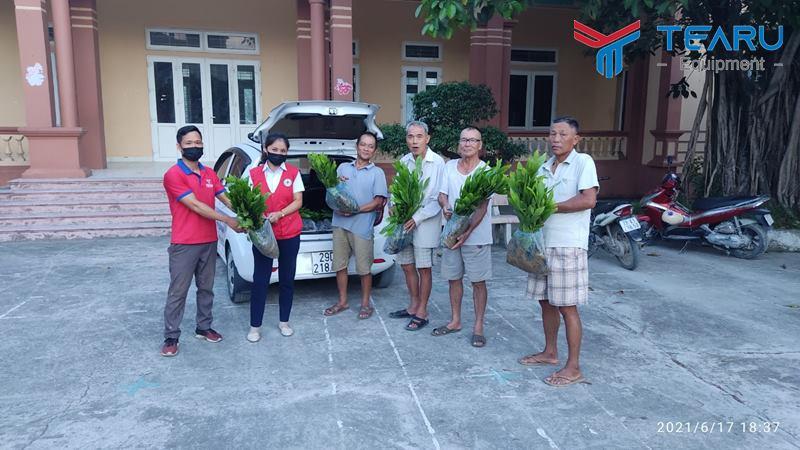 Trao tặng 1200 cây keo giống cho người dân thôn Động Phí, xã Phương Tú, huyện Ứng Hòa, Hà Nội