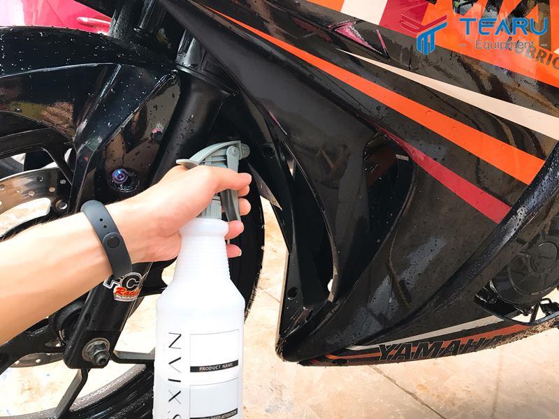 Đánh bóng lốp xe bằng dầu