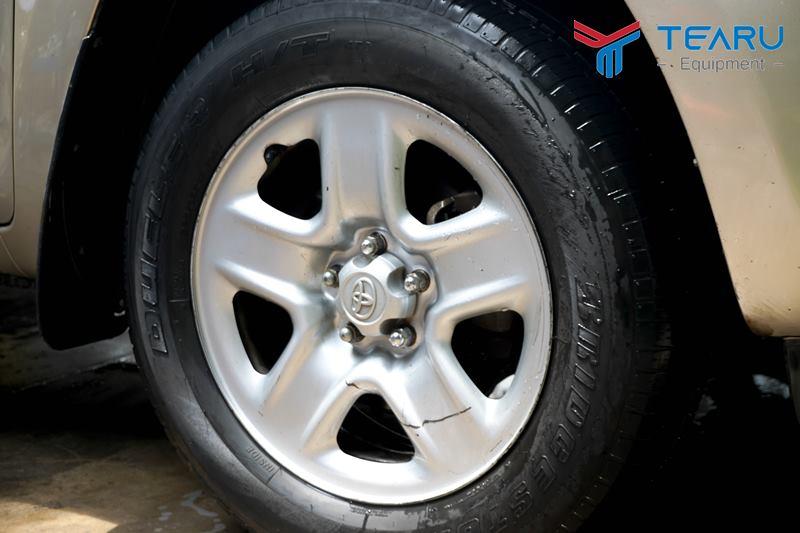 Lốp xe khá đen và bóng sau khi quét dung dịch làm bóng lốp xe