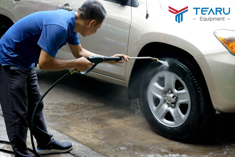Rửa sạch lốp trước khi xịt đen lốp