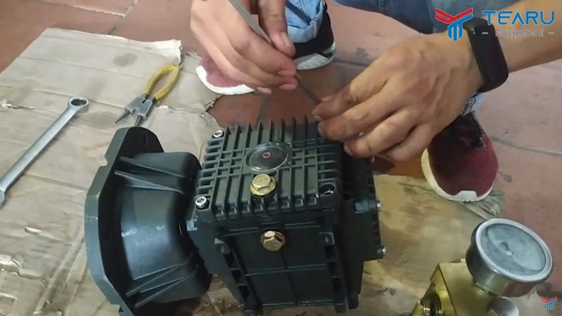 Xử lý lỗi nước vào buồng nhớt trên máy rửa xe