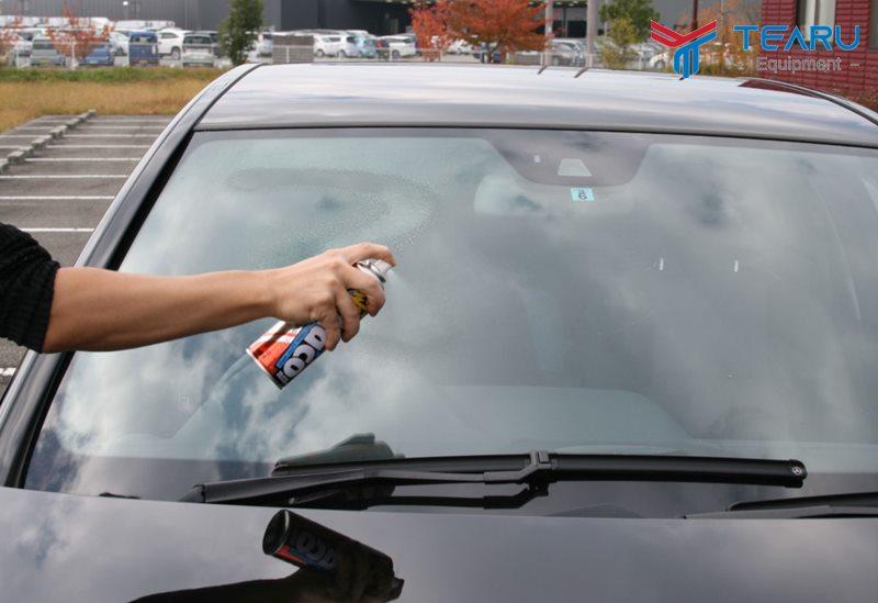 Nên dùng nước rửa kính ô tô cao cấp