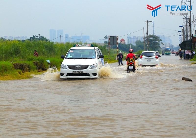 Cách lái xe qua vùng ngập nước an toàn mà không bị chết máy