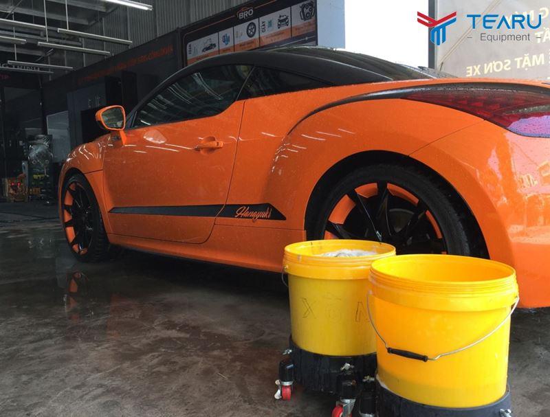 Pha dung dịch rửa xe vào xô
