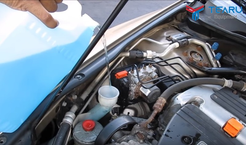Việc dùng nước lã gây hại nhiều đối với kính xe ô tô