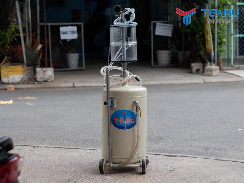 Hứng hút dầu nhớt xe ô tô dùng khí nén