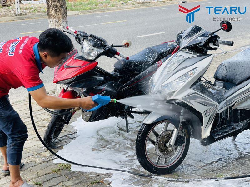 Rửa xe nhanh và sạch hơn với hóa chất chuyên rửa xe