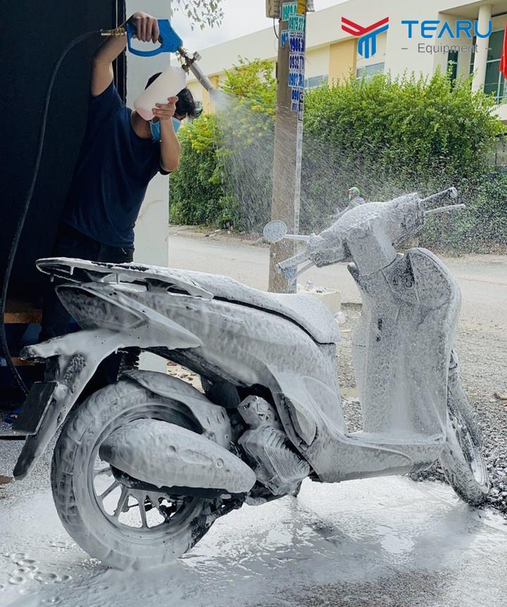 Rửa xe bọt tuyết cho xe máy